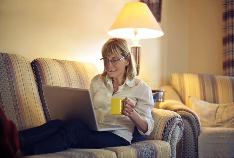 Mulher que usa o computador imagem de stock royalty free