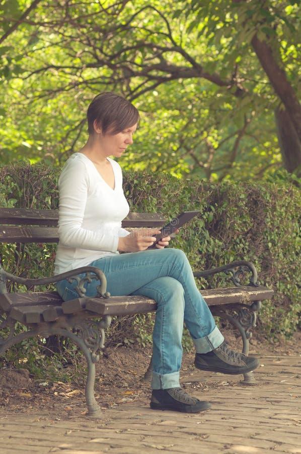 Mulher que usa o computador digital da tabuleta imagens de stock