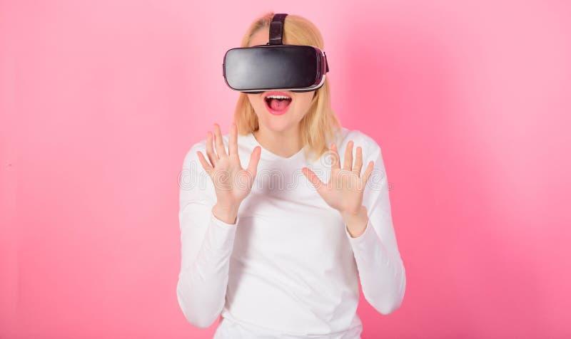 Mulher que usa o dispositivo de VR Mulher que olha a visão da realidade virtual 3d tecnologia, realidade virtual, entretenimento, imagem de stock royalty free