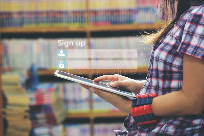 Mulher que usa o laptop e o sinal acima ou para entrar a senha do username na sala da biblioteca e no fundo da estante, GDPR Segu fotos de stock royalty free