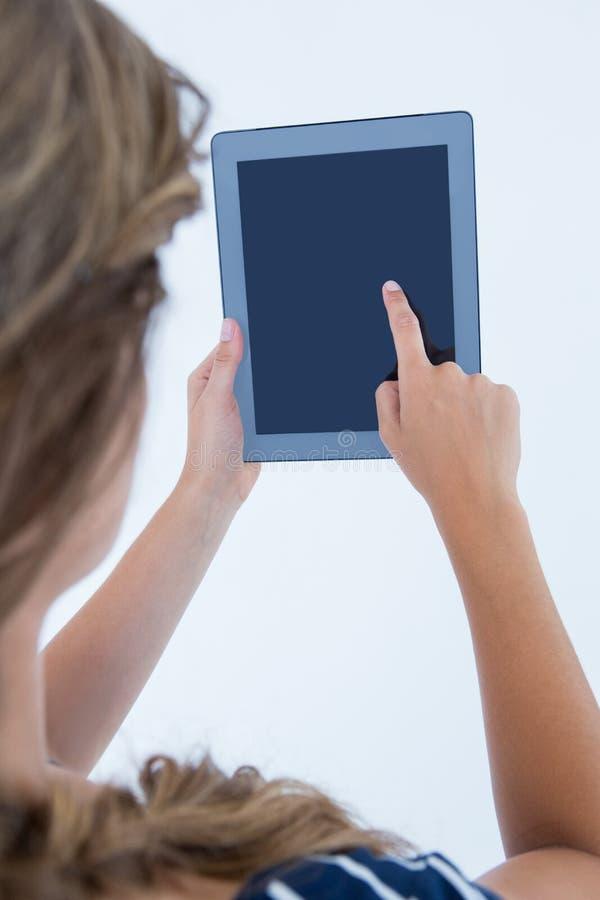 Mulher que usa o PC da tabuleta fotografia de stock royalty free