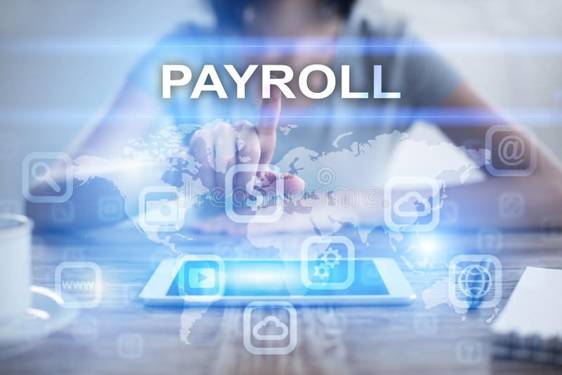 Mulher que usa o PC da tabuleta, pressionando na tela virtual e selecionando a folha de pagamento fotos de stock