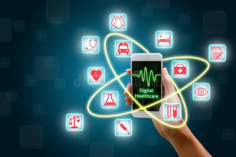 Mulher que usa o smartphone, conceito dos cuidados médicos de Digitas fotos de stock royalty free