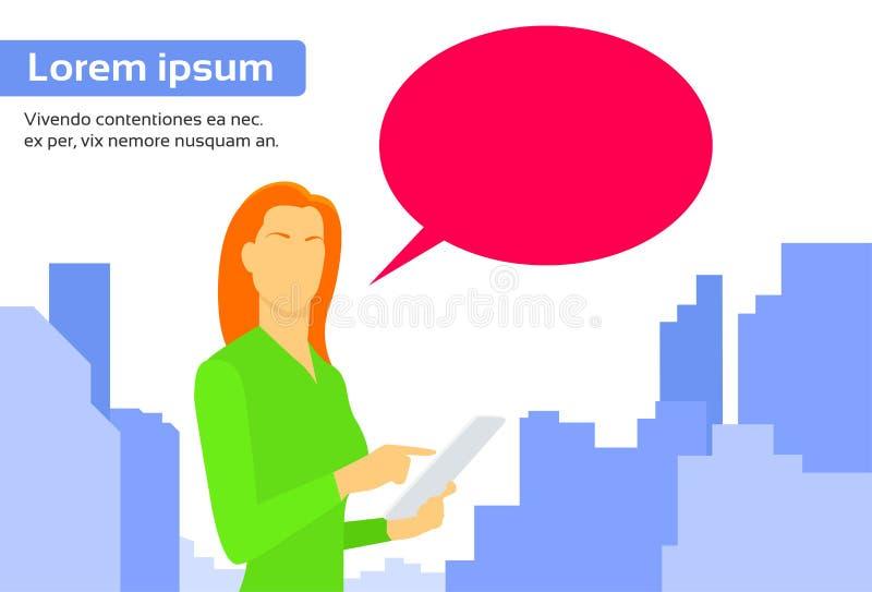 A mulher que usa o tablet pc envia o Internet da mensagem ilustração stock