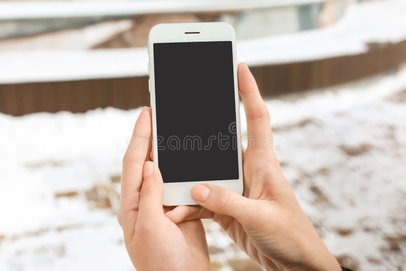 Mulher que usa o telefone celular fora, close up imagens de stock royalty free