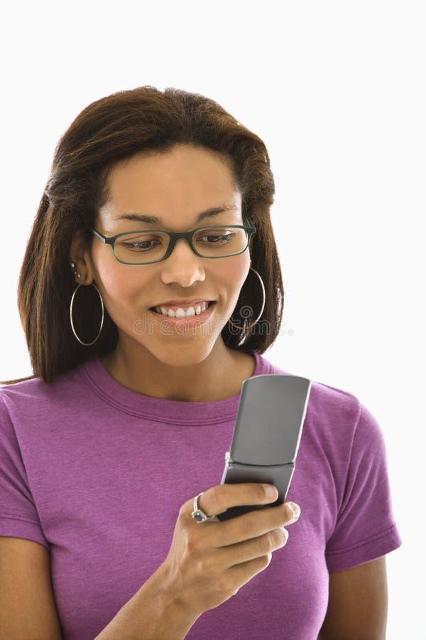 Mulher que usa o telefone de pilha. fotografia de stock royalty free