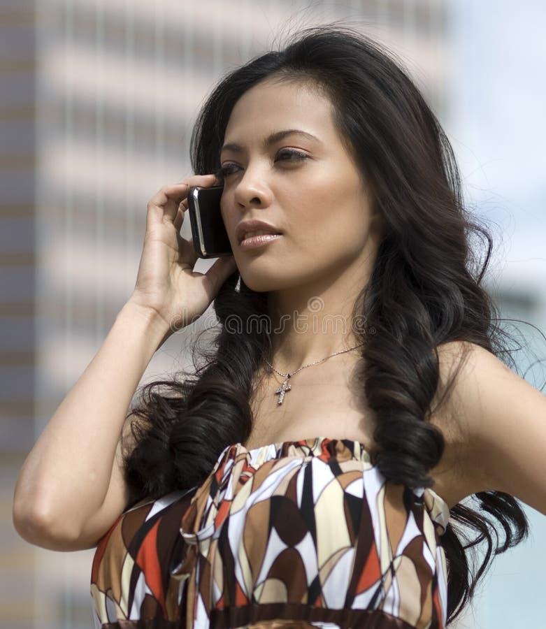 Mulher que usa o telefone de pilha fotos de stock royalty free