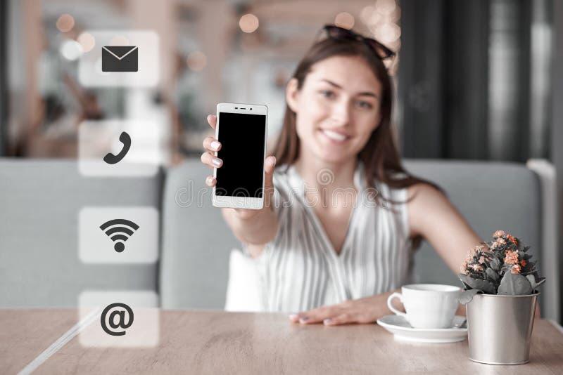 A mulher que usa o telefone esperto, contacta-nos conceito da conexão Abotoa o e-mail, correio, chamada, wifi foto de stock