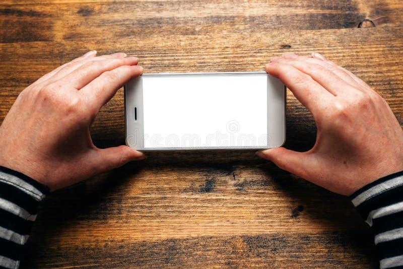 Mulher que usa o telefone esperto na orientação horizontal da paisagem imagem de stock royalty free