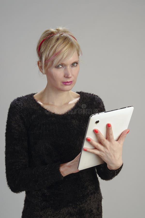 Mulher que usa a tabuleta imagens de stock royalty free