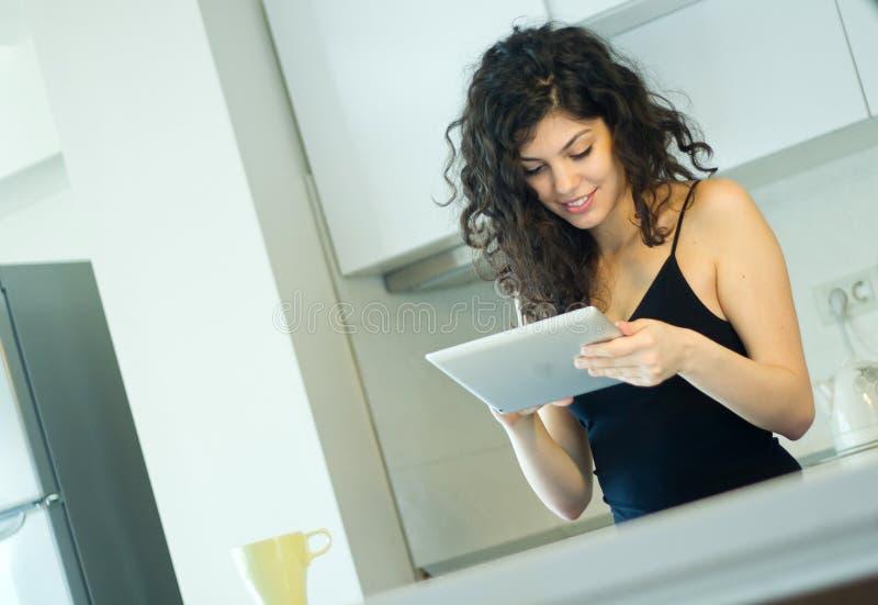Mulher que usa a tabuleta digital fotografia de stock royalty free