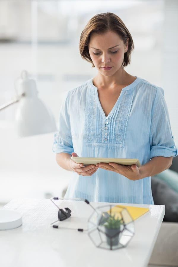 Mulher que usa a tabuleta digital imagens de stock royalty free