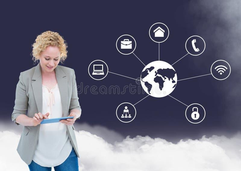 Mulher que usa a tabuleta digital com ícones de conexão e a nuvem no fundo fotografia de stock