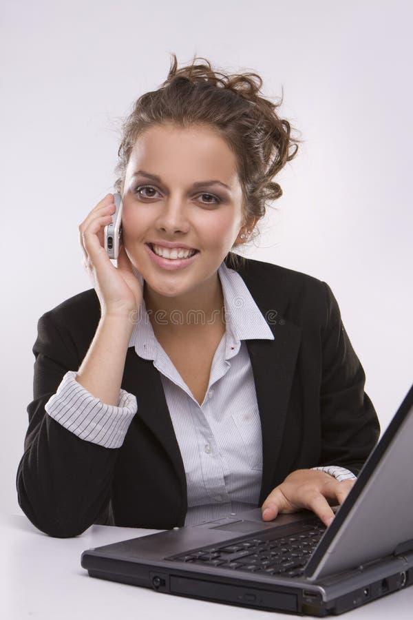 Mulher que usa um computador portátil fotografia de stock royalty free