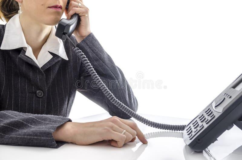 Mulher que usa um telefone foto de stock royalty free