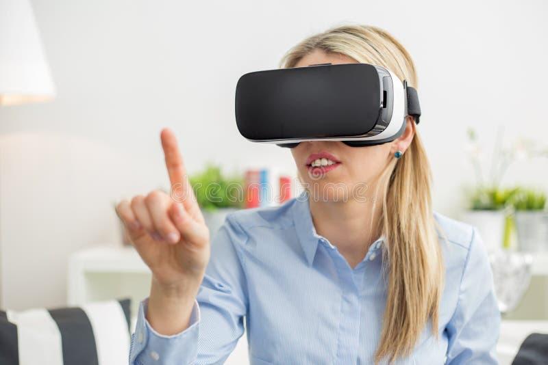 Mulher que usa vidros da realidade virtual fotografia de stock