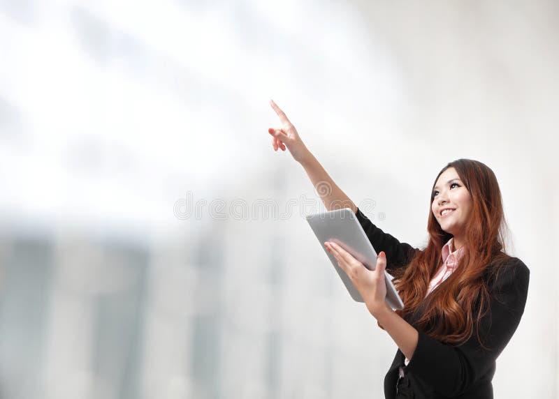 A mulher que usam o PC da tabuleta e o dedo apontam o espaço da cópia imagem de stock