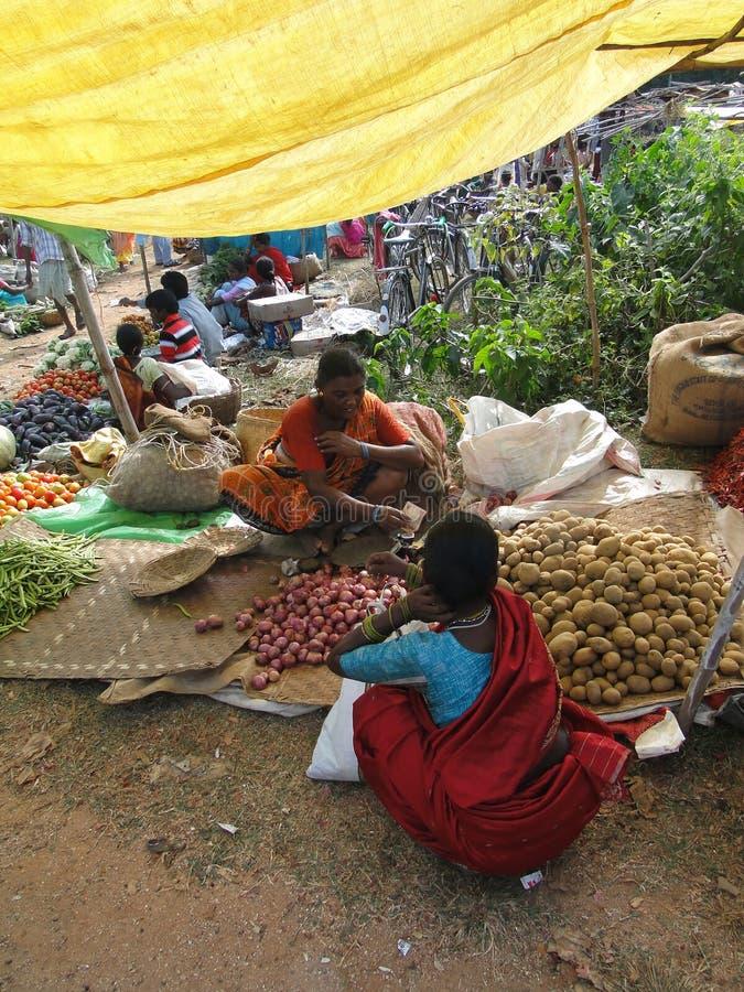 Mulher que vende batatas fotos de stock royalty free