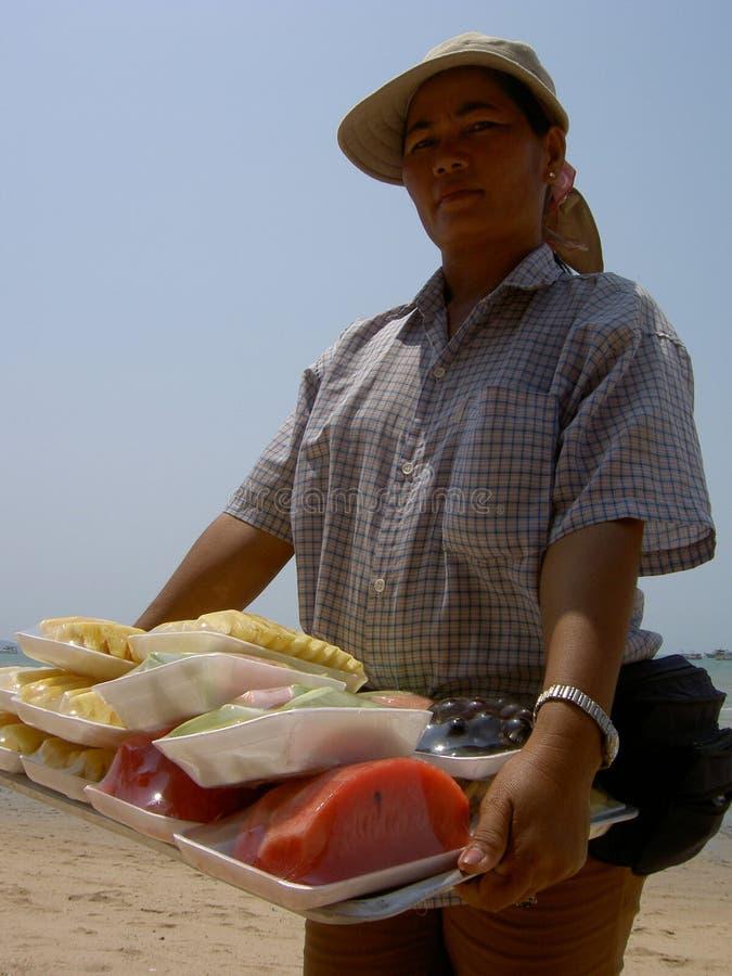 Mulher que vende o alimento tailandês, Tailândia. fotografia de stock royalty free