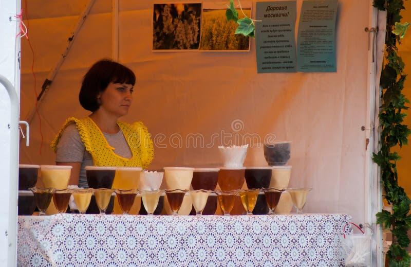 Mulher que vende o mel em Moscou imagem de stock royalty free