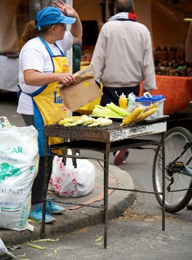 Mulher que vende o milho na feira da ladra fotos de stock