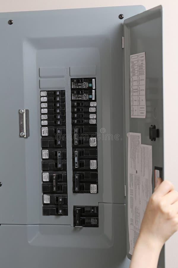 Mulher que verifica fusíveis automáticos no painel de controle bonde fotografia de stock royalty free