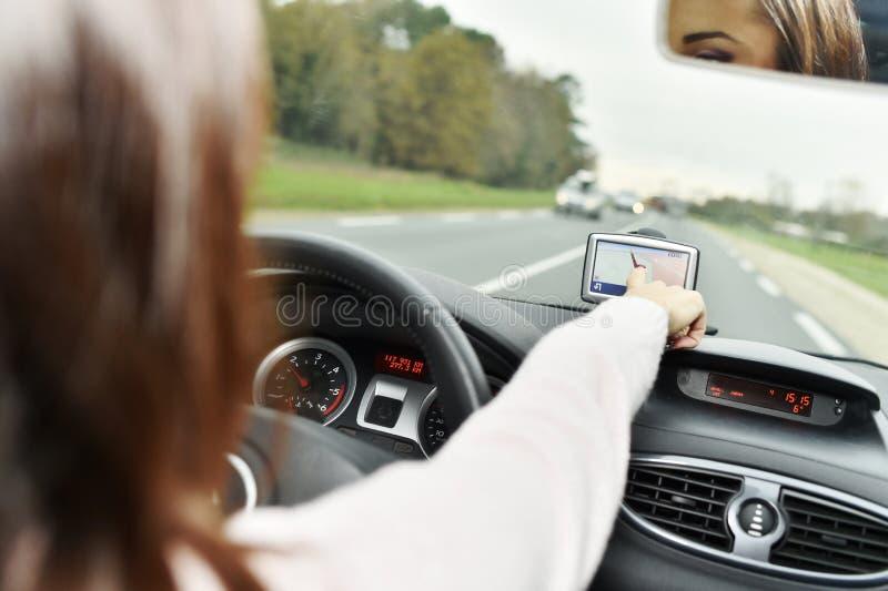 Mulher que verifica gps na estrada imagem de stock royalty free