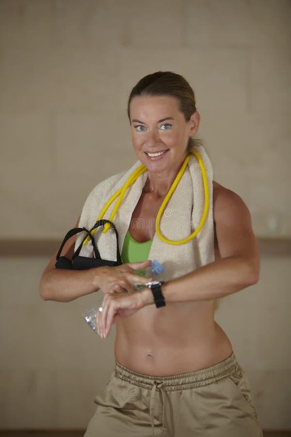Mulher que verifica o pulso após o exercício imagem de stock