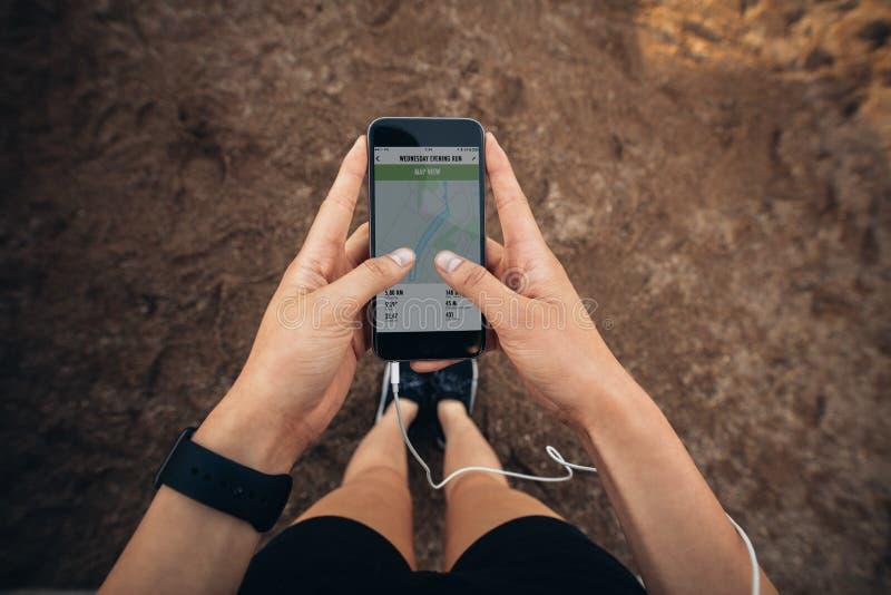 Mulher que verifica o sumário de sua corrida no smartphone imagem de stock royalty free