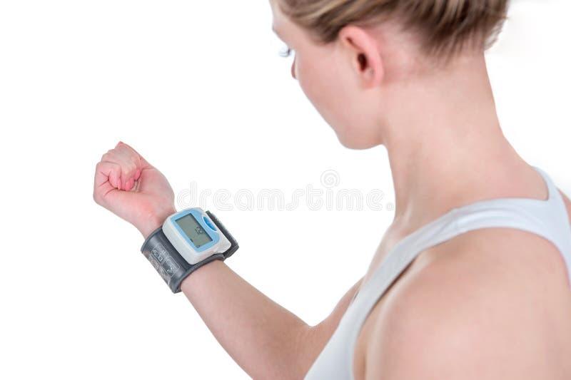 Mulher que verifica a pressão sanguínea Medida da frequência cardíaca e pre fotografia de stock