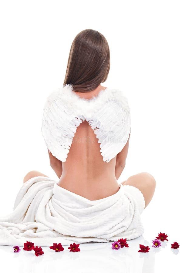 Mulher que veste as asas angélicos fotografia de stock royalty free