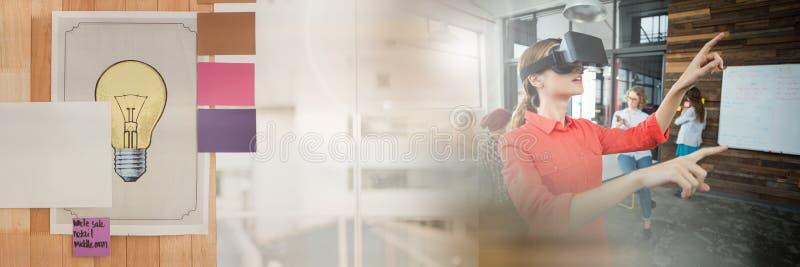 Mulher que veste auriculares de VR com transição do escritório imagens de stock royalty free