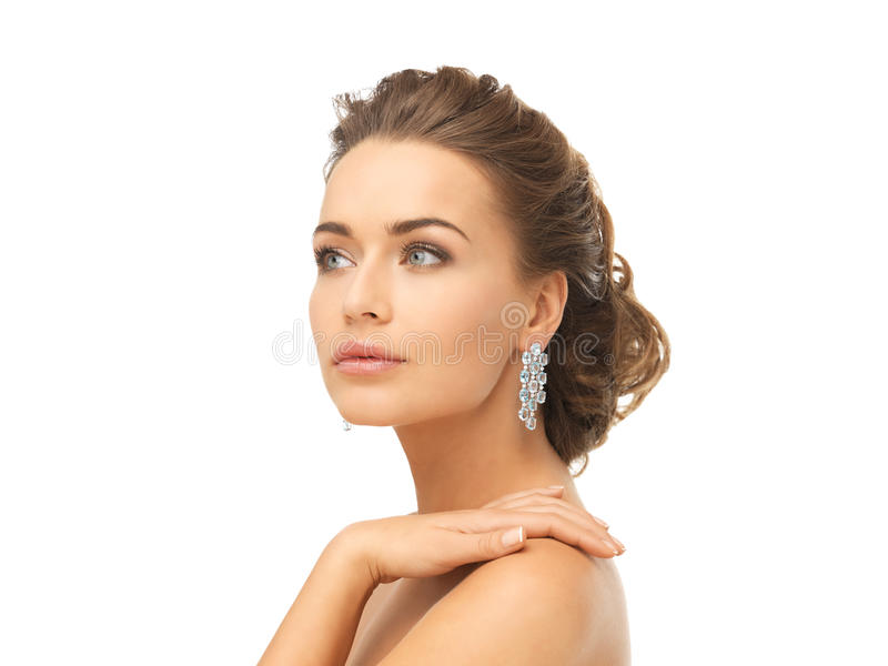 Mulher que veste brincos brilhantes do diamante imagens de stock royalty free