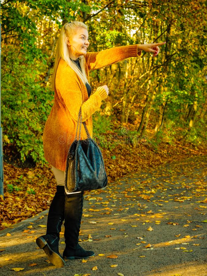Mulher que veste o casaco de l? alaranjado do outono exterior fotos de stock