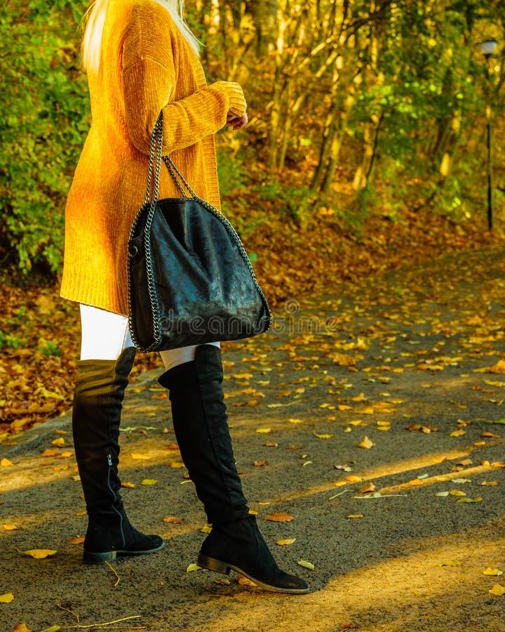 Mulher que veste o casaco de l? alaranjado do outono exterior imagens de stock