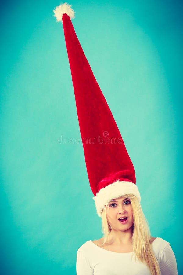 Mulher que veste o chapéu longo windblown de Santa foto de stock royalty free