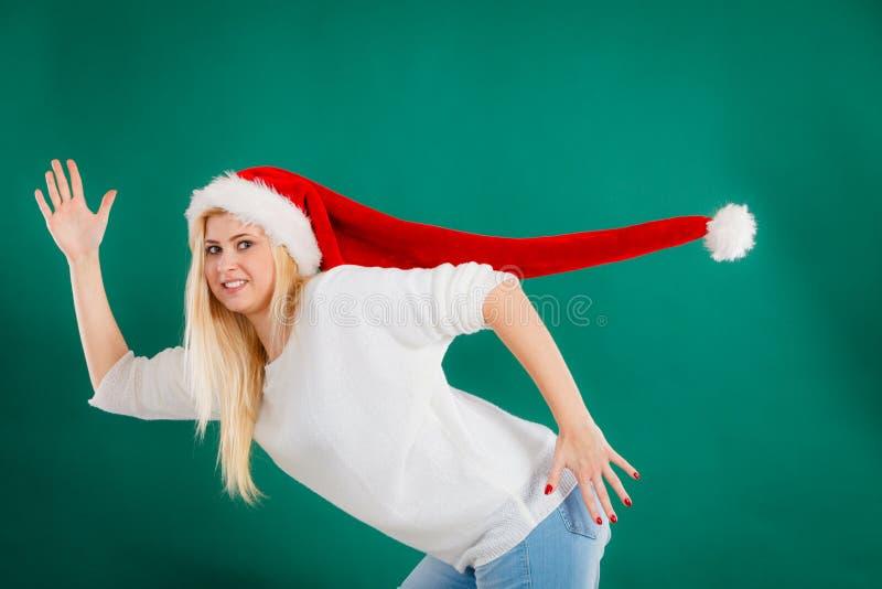 Mulher que veste o chapéu longo windblown de Santa fotografia de stock royalty free