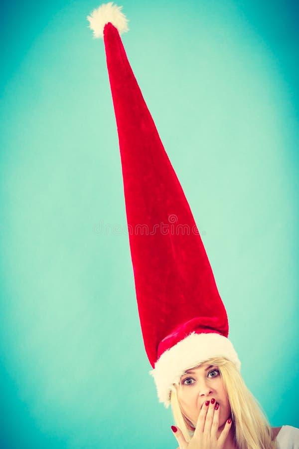 Mulher que veste o chapéu longo windblown de Santa imagens de stock royalty free