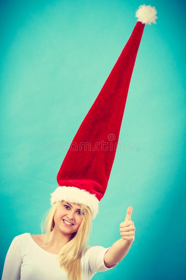 Mulher que veste o chapéu louco windblown de Santa fotografia de stock royalty free