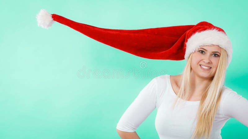 Mulher que veste o chapéu windblown de Santa imagens de stock royalty free