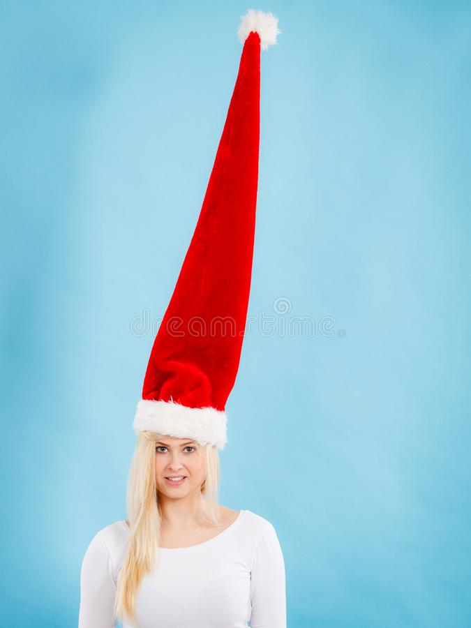 Mulher que veste o chap?u louco windblown de Santa imagem de stock royalty free