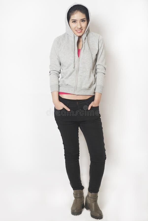 Mulher que veste o hoodie básico cinzento imagens de stock royalty free