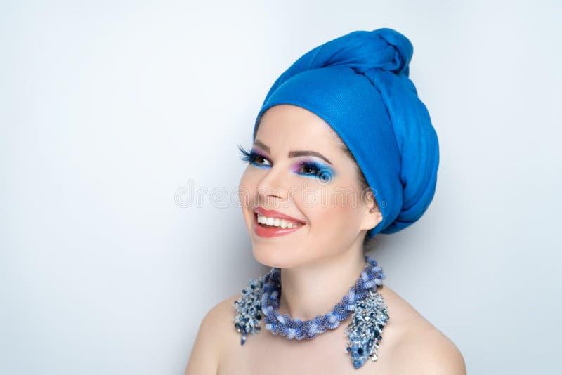 Mulher que veste o lenço oriental azul imagens de stock
