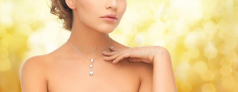 Mulher que veste o pendente brilhante do diamante foto de stock