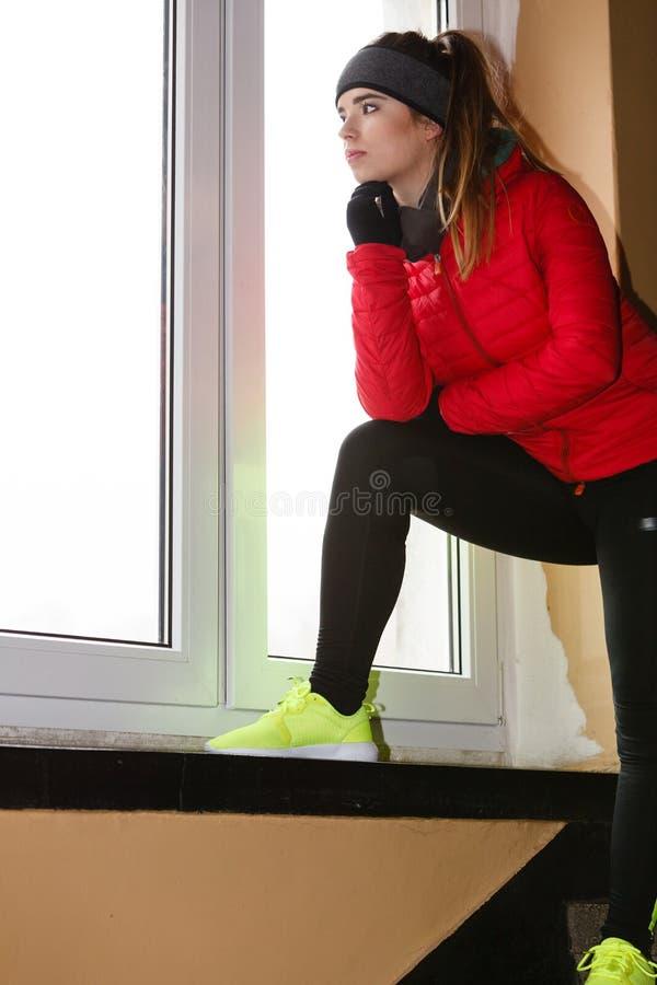 Mulher que veste o sportswear morno em casa imagem de stock royalty free