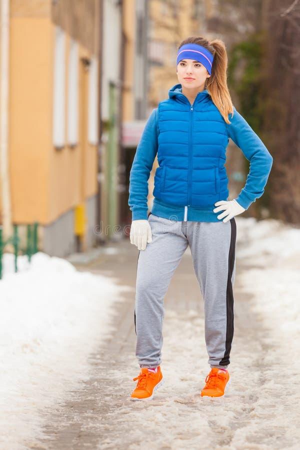 Mulher que veste o sportswear morno que relaxa após o exercício imagens de stock