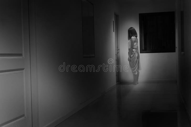 Mulher que veste o traje tradicional tailandês que está na frente da porta com foco macio, conceito tailandês do fantasma foto de stock