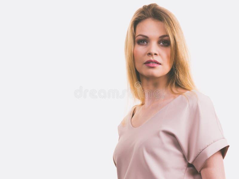 Mulher que veste a parte superior cor-de-rosa ocasional imagens de stock