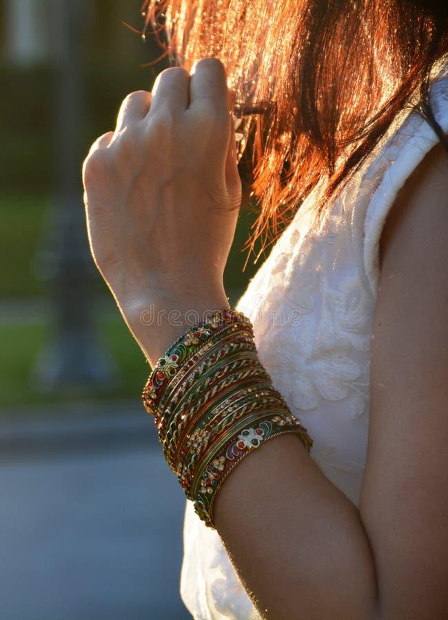 Mulher que veste pulseira coloridas e que espera seu amor imagem de stock royalty free