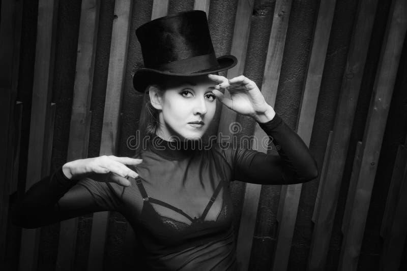 Mulher que veste um chapéu alto fotografia de stock royalty free